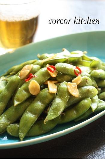 茹でた枝豆を、ニンニクやナンプラーを入れて炒めるだけ。香りが良く、コクがあるのでビールのおつまみにぴったりです。