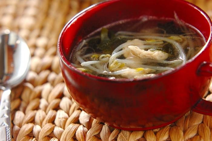 エスニック風スープもスーパーで手軽に購入できる材料で作れます。もやしや鶏ささみ、わかめの入ったあっさり鶏がらスープにナンプラーをプラスすると香りとコクがアップ。満足度の高いスープで心と身体を満たしてくれますよ。