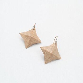 女性らしさとノスタルジックな雰囲気を併せ持つWOOD Collectionのジュエリー。こちらは星をモチーフにデザインされた可愛いピアス。木の表面は江戸指物の技術を用いて、立体的なフォルムに仕上げています。(こちらのピアスはイヤリングに交換できるアイテムです)