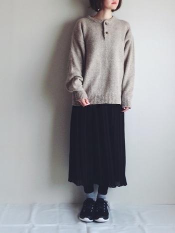 ちょっぴりレトロな雰囲気のベージュのニット。ゆったりサイズにロングスカートを合わせて女性らしく着こなして。