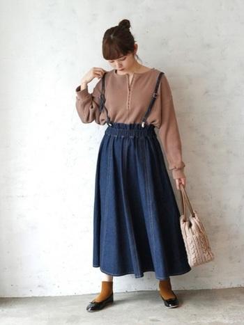 デニムのフレアロングスカートは、ナチュラルな雰囲気がかわいい。マスタードカラーやブラウンとの相性はバツグンです。