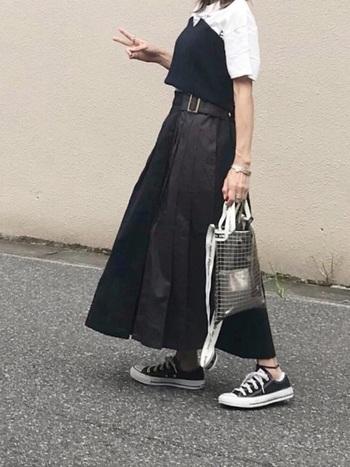 黒のロングスカートは、黒スキニーよりも女性らしく、かつかっこよく着こなせるおすすめアイテム。モノトーンコーデが好きな方はぜひチャレンジして。