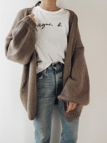アニエスbのロゴが映えるシンプル白Tシャツ。ボリューム感あるカーデを羽織って寂しい印象にならないようにします。