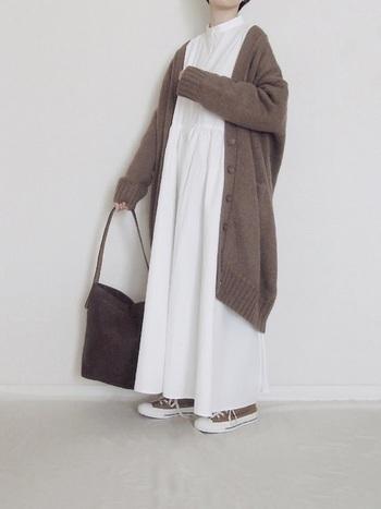 ナチュラル感ある白のワンピースにロングカーデを合わせて。バッグとシューズも同系色にして統一感を出します。