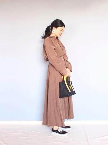 ベロアのような上質な素材感が魅力の細コーデュロイ。ブラウンで大人っぽくも女性らしい着こなしに。