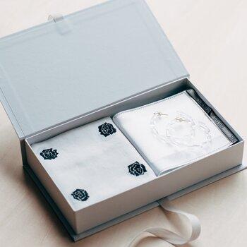 SIRI SIRIの美しいジュエリーは、大切な方へのギフトにもおすすめです。こちらはニューヨークを拠点に活躍するアーティスト、Yui Kujimiyaの素敵なGift box「Today Today」。シックなバラを描いたハンカチとボックスをセットにしたおしゃれなギフトボックスです。