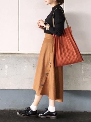 上品なコーデに欠かせない膝下スカートは、ブラウンをチョイスすることで秋冬らしい印象に。モノトーンとも組み合わせやすく、着回しのきくアイテムです。