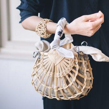 40×40㎝のオリジナルハンカチはスカーフとして巻いたり、写真のようにかごバッグのアクセントにしたりと、色々な使い方が楽しめます。洗練されたデザインの素敵なギフトボックスで、SIRI SIRIの美しいジュエリーをより特別な贈り物に。