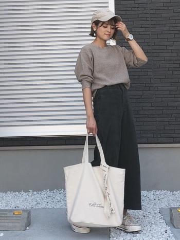 こっくりした茶色は少し派手になってしまいがち。クールなコーデが好きなら、黒を選ぶのがおすすめです。普通の黒パンツ感覚で履けるので、着まわしやすいのもポイント。