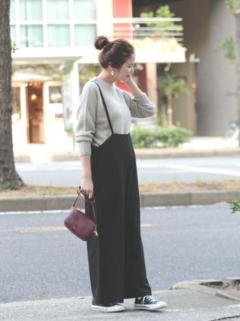 カジュアルな印象の太めパンツも、きれいめ素材を使えばエレガントに着こなせます。