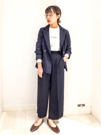 女性のジャケット×パンツのセットアップが流行している今、選ぶなら圧倒的に太めパンツがおすすめ。ビジネス感を出さず、おしゃれに着こなせます。
