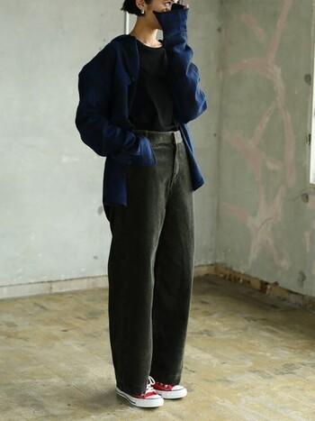 パンツなら、スキニーよりも脚の形を隠すような、ワイドorストレートが流行中です。