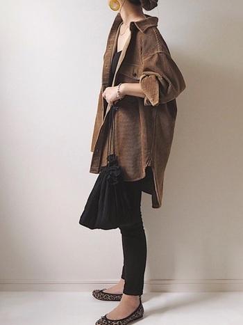 黒のインナー&パンツで縦長シルエットを作ります。全体の色をブラック&ブラウンに絞ることでスタイリッシュな印象に。