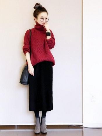 赤のゆったりめのセーターに、黒のタイトスカートでスッキリ見せます。シニオンをトップにもってくるお団子ヘアでスタイルアップ。