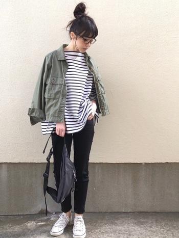黒のパンツ&ボーダーTの定番カジュアルコーデ。ショート丈のミリタリージャケットを羽織ってバランス良く。