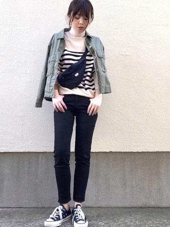 黒の細身パンツはスタイル良く見せるマストアイテム。斜め掛けショルダーは短めにするのもポイント。