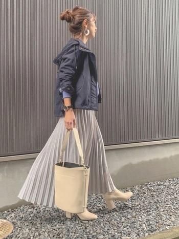 スカートとブーツは淡色のもの、アウターのマウンテンパーカーはネイビーのもので引き締めて、スラリと見せます。