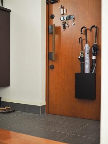 傘の定位置はやはり玄関。靴箱の中や傘立てを入口に置くというのも定位置にはなりますが、見た目がごちゃごちゃしていると「片付けた!」という満足感が得られません。定位置は置くだけではなく、掃除のしやすさや見た目のすっきり感も含めて決めましょう。