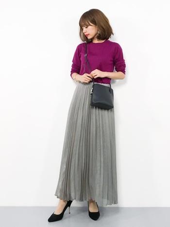 エレガントなロングプリーツスカートには、キレイ色のニットを合わせて。ニットはコンパクトなサイズ感のものを選び、ボトムスにインするとスタイル良く見えます。