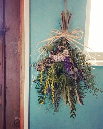 イメージに合わせてオーダーメイドで作ってくれるスワッグ。吊るして楽しめるスワッグなら、花瓶に生けなくても手軽に飾ることができます。