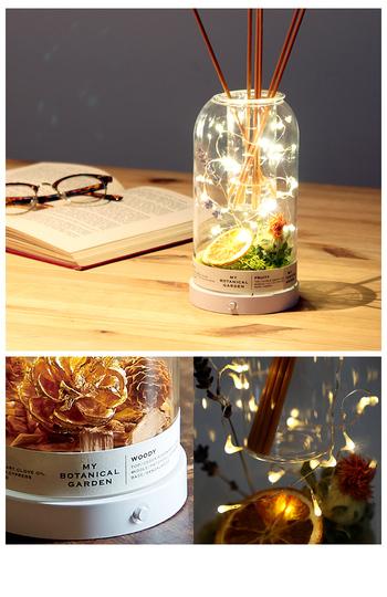ガラスドームの中にはドライフラワー以外にもジュエリーライト、フレグランスディフューザーが入っています。飾るだけではなくお部屋のフレグランスとして、夜には灯りをともしてオブジェとしても楽しめるアイテム。さらに、植物のセッティングは自分で配置できるという楽しみもあるので、手作りが好きな人への贈り物に。