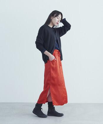 鮮烈なレッドが素敵なスカート。ウエストにリボンをあしらうことで、細見えもできちゃう嬉しいアイテムです。