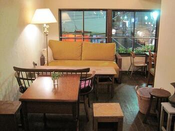 店内は、ナチュラルテイストでゆったりとした雰囲気◎おひとり様でも訪れやすい空間が広がっており、つい長居したくなるそんなヴィーガンカフェですね。