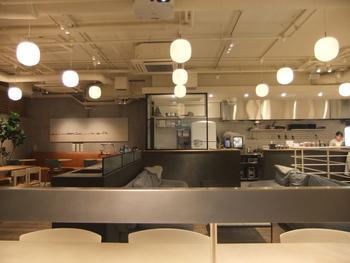 「毎日食べたいヴィーガンフード」をコンセプトにしているこのshiro、店内はshiroらしいナチュラルシンプルで広々とした居心地の良い空間が広がります。