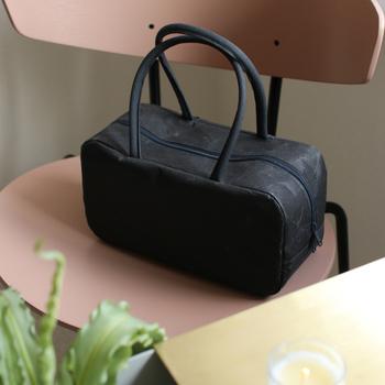 軽くて丈夫、耐水性も強度も備えた和紙製ブリーフケース。紙ということを気にせずに、タフに日常使いできるバッグです。使い込むほどに馴染み、美しい経年変化も楽しめます。
