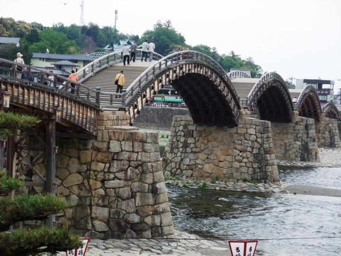 1673年に吉川広嘉によって創建され、その後台風や洪水の被害に遭い流失しましたが、1953年に復元。そして、2001年には「平成の架け替え」が行われました。