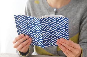 丈夫で耐水性にも優れた富山の八尾(やつお)和紙を使ったブックカバーです。伝統的な和柄ながら、どこかモダンな雰囲気。本を読むひとときをちょっぴり素敵に格上げします。