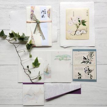 そんな日本の手漉(てすき)和紙技術がユネスコに認められ、国内の3つの和紙が2014年に無形文化遺産に登録されました。この登録は和食に次ぐ快挙で、和紙の世界的な評価の高さがうかがえます。