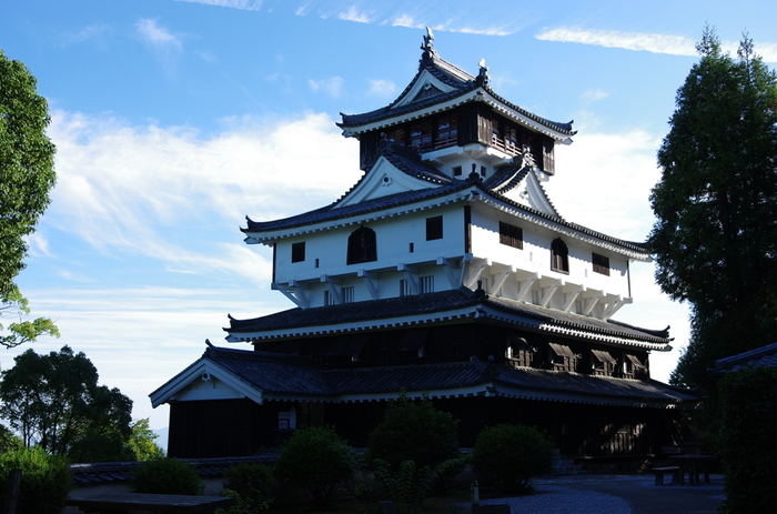 錦帯橋と併せて訪れたいのが岩国城。1608年に初代岩国藩主の吉川広家によって築城されました。しかし1615年に一国一城制によって取り壊され、1962年に復元されました。