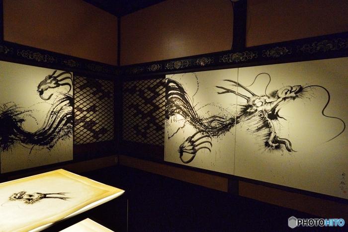 数ある和紙の中でも1500年という歴史を持つ日本最古の和紙。古くから高品質の和紙として知られ、紙の王様とも呼ばれます。日本で最初にできた紙幣にも、この越前和紙が採用されました。