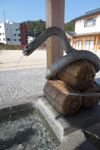 その名の通り、白蛇が数ヶ所に隠れています。手水舎にいる白蛇は福、幸、財と書かれた俵にぐるりと巻きつき、口から水が流れています。見てるだけでもパワーをもらえそうですね。