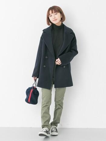 ピーコートの定番色ネイビーは、パンツ×スニーカーのシンプルスタイルに合わせると、はずれのない着こなしに。デニムの色を変えると、印象が変わります。