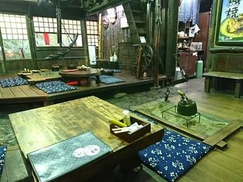 店内は昔話に出てきそうな懐かしい雰囲気で、囲炉裏を囲みながら食事を楽しめます。タイムスリップしたかのような気分になれそう。