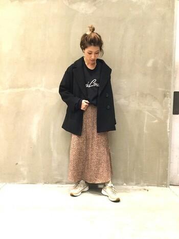 カジュアルなコーディネートにも、ブラックのピーコートを羽織るとちょっと大人感がプラスされますね。どうしても重たくなりがちのピーコートですが、揺れる素材のスカートと合わせると軽やかな印象に。