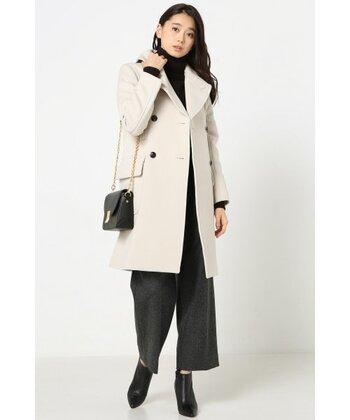 ホワイトのロング丈なら、オフィスカジュアルの様なスタイルもぴったり。レザーのバッグやブーツと合わせて、女性らしい大人な印象に仕上げてみてくださいね。