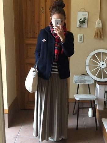 ショート丈だからこそ、フェミニンなスカートの相性も◎。2019年もDANTONのピーコートは人気を集めそうです。