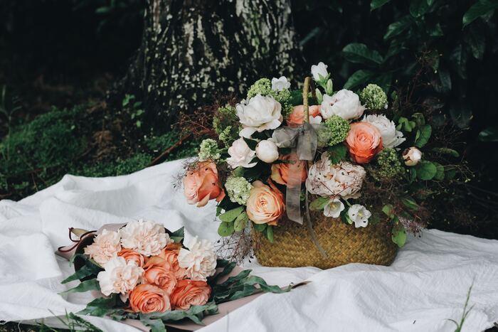まさに今そこで摘んできたかのような、かごいっぱいの花束ギフト。お花はもちろん、飾り終わった後も、収納用のバスケットとして活躍してくれるので喜ばれますよ!