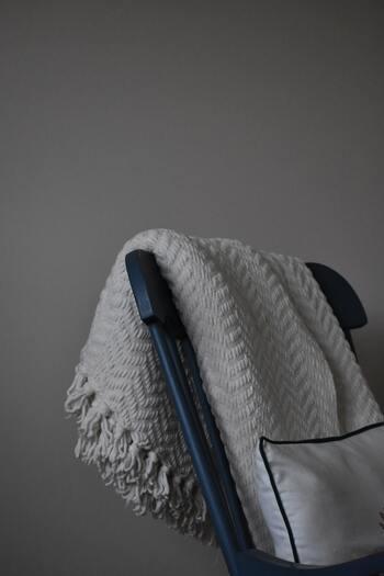 タオルケットやガーゼケットなど夏用の布団は、汗をたくさん吸収してくれる素材でできています。こまめに洗濯していても、洋服と同じように「しまい洗い」を行いましょう。その際に大切なポイントは、洗濯機から出したらしっかりと振って繊維に空気を含ませることです。その手間が加わるだけで、乾くまでの時間も短縮でき、ふかふかの状態で片付けることができます。