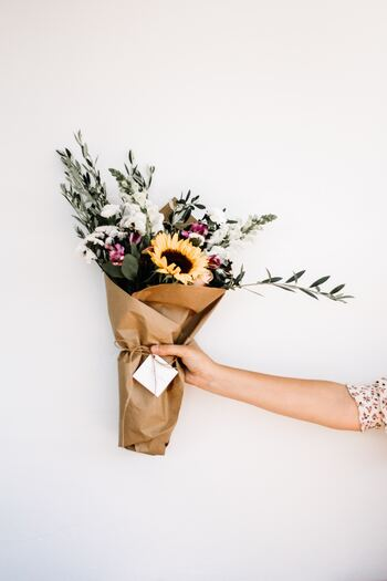 フラワーギフトには、さまざまな形があります。  ●生花がメインのもの ●ドライフラワーやプリザーブドフラワーなど、長持ちするもの ●プレゼントに添えるタイプ ●リースやスワッグなど、インテリアとして楽しめるもの ●ハーバリウムやワックスバーなど、雑貨になっているもの ●好きな花を選んでもらうギフト券 etc…  お花が好きな人なら生花、インテリア好きな人にはスワッグやリース、ちょっとした贈り物なら雑貨とセットのものがおすすめ。一人暮らしなどで花瓶を持っているかわからない相手なら、そのまま飾れるアレンジメントや雑貨などがよいですね。