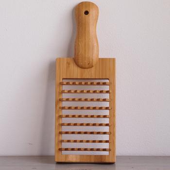 おろし器と言うと金属の物を想像しますが、竹で出来た鬼おろしは全く違う調理器具として扱いたい。荒くおろされた大根は繊維を壊さずにふんわりとした食感。夏のお料理にも、冬のお鍋にも活躍してくれる。