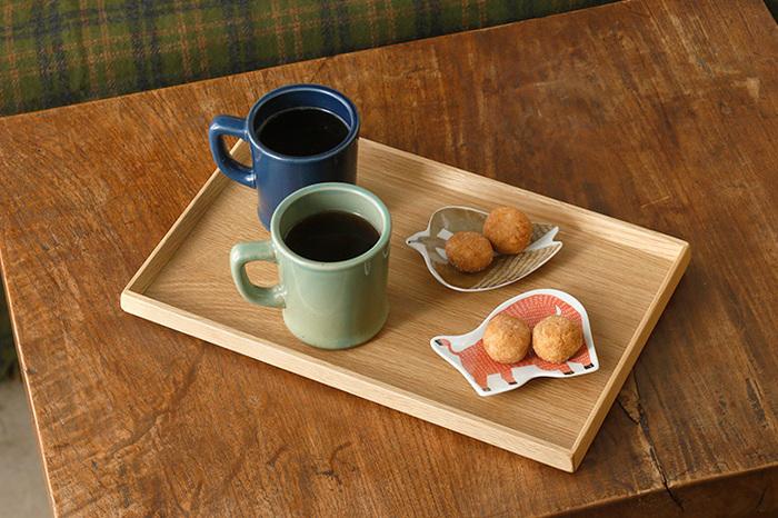 楢を使って作られたトレーは直線的なデザインがスタンダードでありながらモダンな雰囲気も兼ね備えています。お茶とお菓子を乗せたり、急須と湯呑を運んだり、あるいは一人分の食事をまとめて配膳したり・・・何かと使えるトレーです。