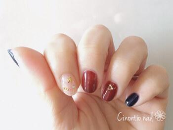 ボルドー×ネイビーは秋冬に人気の組み合わせ。中指と薬指のボルドーは、ネイビーをブレンドして深みを出したオリジナルカラーなのだとか。スタッズやパールのバランスも参考になりますね。