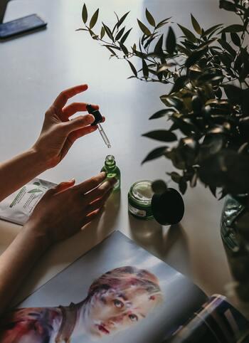 アロマディフューザーは大きく分けて3種類。それぞれお手入れの仕方やオイルの消費量、香りの広がり方に違いがあります。早速、種類別にメリット&デメリットを見ていきましょう。
