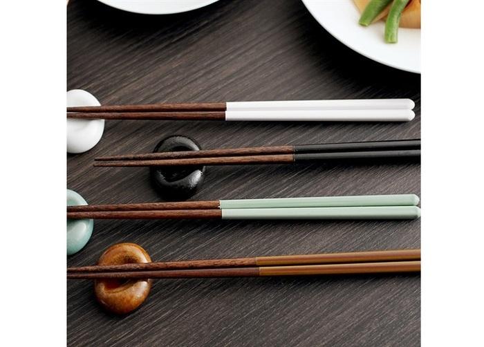 持ち代は、福井県小浜市の職人が、益子焼の伝統的な釉薬(画像:上から、糠白釉・黒釉・青磁釉・飴釉)をモチーフに、掛け分け※の技法でつくりました。※ 色の違う釉薬を掛け分けること。