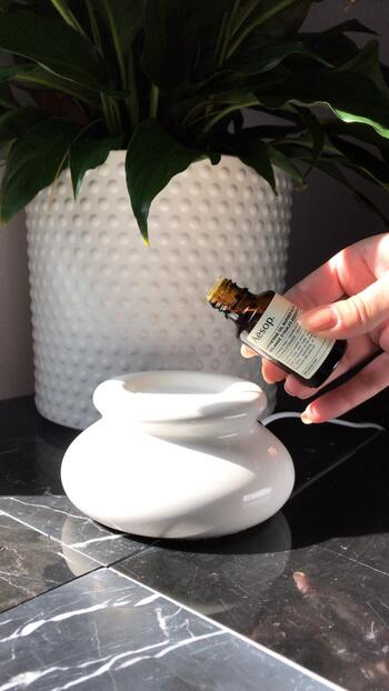 アロマポット、アロマライトなどが代表的です。オイルを垂らした陶器のポットをキャンドル、もしくは、電気で温め、香りを拡散させます。  メリット ・香りと共にキャンドルの炎や温かみのある灯りに癒される ・お値段が手ごろ  デメリット ・熱によりアロマオイルの香り、効果に変質がある ・引火によって火事を起こす危険性がある ・汚れやすいのでお手入れが必要