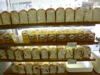 創業から変わらないホップを使った食ぱん「イングランド」をはじめ、最高品質の小麦で作られたゴールドなど種類も豊富。